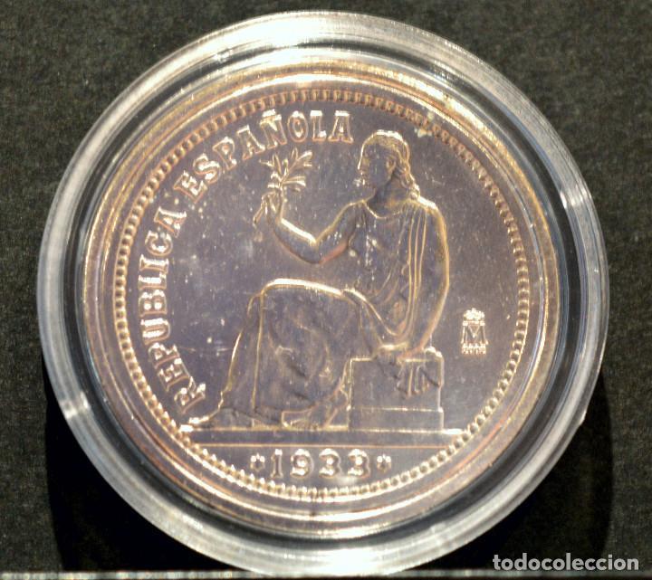 Reproducciones billetes y monedas: REPRODUCCIÓN FNMT MONEDA PLATA 1 PESETA 1933 ESPAÑA METAL CON BAÑO DE PLATA PURA - Foto 2 - 145244465