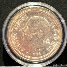 Reproducciones billetes y monedas: BONITA REPRODUCCIÓN MONEDA PLATA 5 PESETAS 1882 ALFONSO XII ESPAÑA METAL CON BAÑO DE PLATA PURA. Lote 186183131