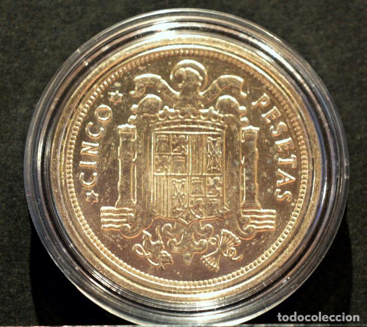 Reproducciones billetes y monedas: BONITA REPRODUCCIÓN MONEDA PLATA 5 PESETAS 1949 FRANCO METAL CON BAÑO DE PLATA PURA - Foto 3 - 76923331