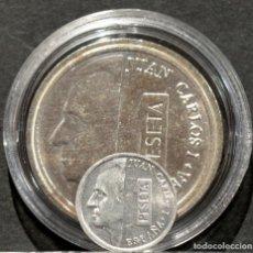 Reproducciones billetes y monedas: REPRODUCCIÓN MONEDA 1 PESETA 1989 JUAN CARLOS I ESTADO ESPAÑOL METAL CON BAÑO DE PLATA PURA. Lote 186218626