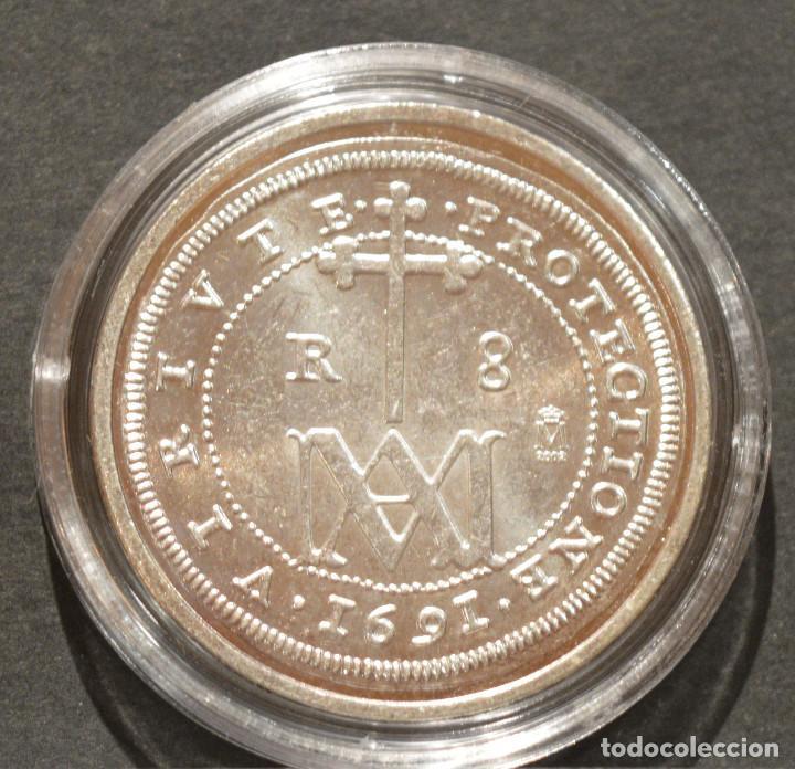 Reproducciones billetes y monedas: REPRODUCCIÓN MONEDA PLATA 8 REALES 1691 SEGOVIA CARLOS II ESPAÑA METAL CON BAÑO DE PLATA PURA - Foto 2 - 188527141