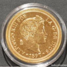Reproducciones billetes y monedas: REPRODUCCIÓN MONEDA DE ORO ESPAÑA 100 PESETAS 1897 MADRID ALFONSO XIII METAL CON BAÑO DE ORO PURO. Lote 188527406