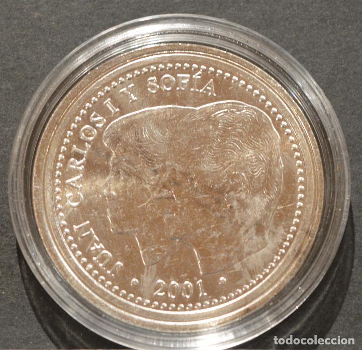 Reproducciones billetes y monedas: REPRODUCCIÓN MONEDA PLATA 2000 PESETAS 2001 ESPAÑA METAL CON BAÑO DE PLATA PURA - Foto 2 - 198786268