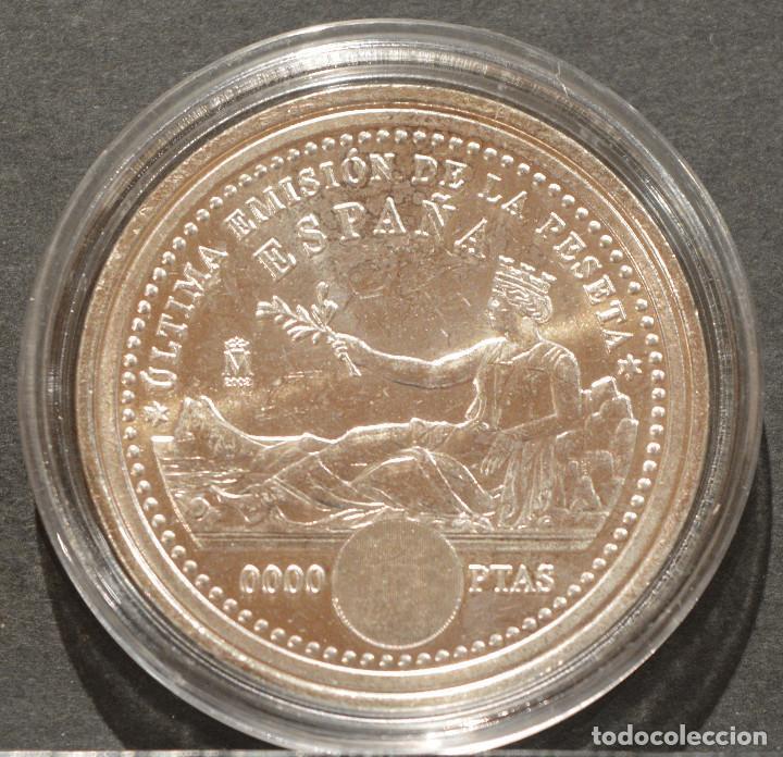 Reproducciones billetes y monedas: REPRODUCCIÓN MONEDA PLATA 2000 PESETAS 2001 ESPAÑA METAL CON BAÑO DE PLATA PURA - Foto 3 - 198786268