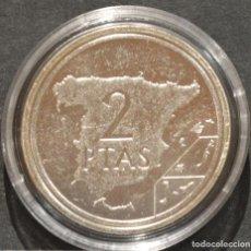 Reproducciones billetes y monedas: REPRODUCCIÓN MONEDA PLATA 2 PESETAS 1982 JUAN CARLOS I ESPAÑA METAL CON BAÑO DE PLATA PURA. Lote 189235047