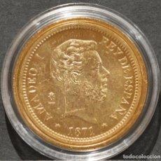Reproducciones billetes y monedas: REPRODUCCIÓN MONEDA DE ORO 100 PESETAS 1871 AMADEO I ESPAÑA METAL CON BAÑO DE ORO PURO. Lote 189235125