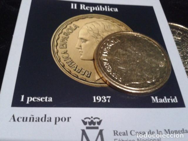 Reproducciones billetes y monedas: MONEDA II REPUBLICA ( 1 PESETA 1937 MADRID ) BAÑO DE ORO PURO A 33 mm CON CERTIFICADO FNMT - Foto 2 - 189682068