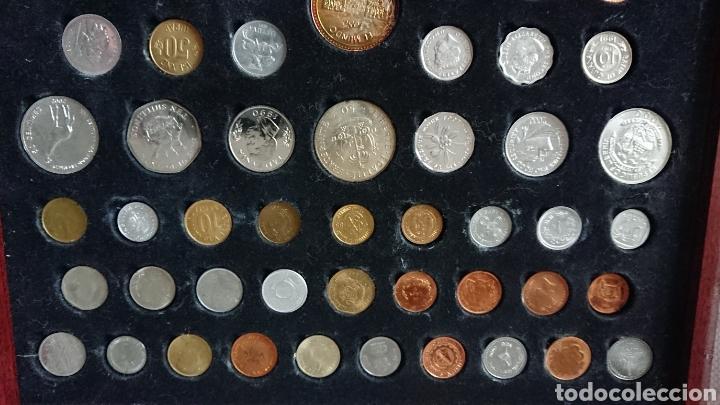Reproducciones billetes y monedas: EXPOSITOR DE MADERA CON 60 MONEDAS , MONEDAS RARAS - Foto 2 - 210183457