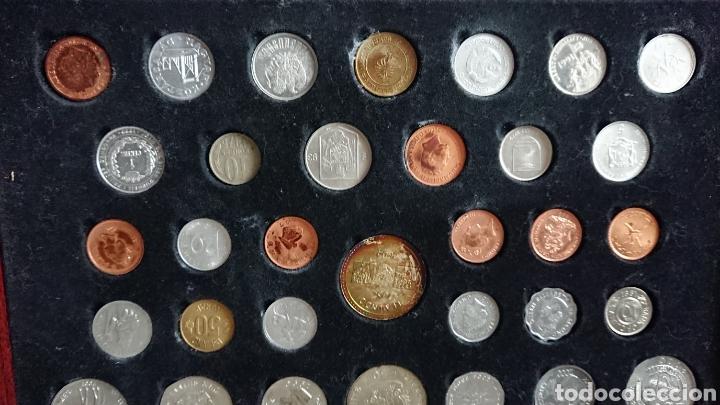 Reproducciones billetes y monedas: EXPOSITOR DE MADERA CON 60 MONEDAS , MONEDAS RARAS - Foto 3 - 210183457