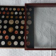 Reproducciones billetes y monedas: EXPOSITOR DE MADERA CON 60 MONEDAS , MONEDAS RARAS. Lote 210183457