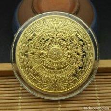 Reproduções notas e moedas: MONEDA DE MEMORIA MAYA, PIRAMIDES, ORO AZTECA DE MÉXICO GOLD PLATED - 38.MM DIAMETRO. Lote 226031180