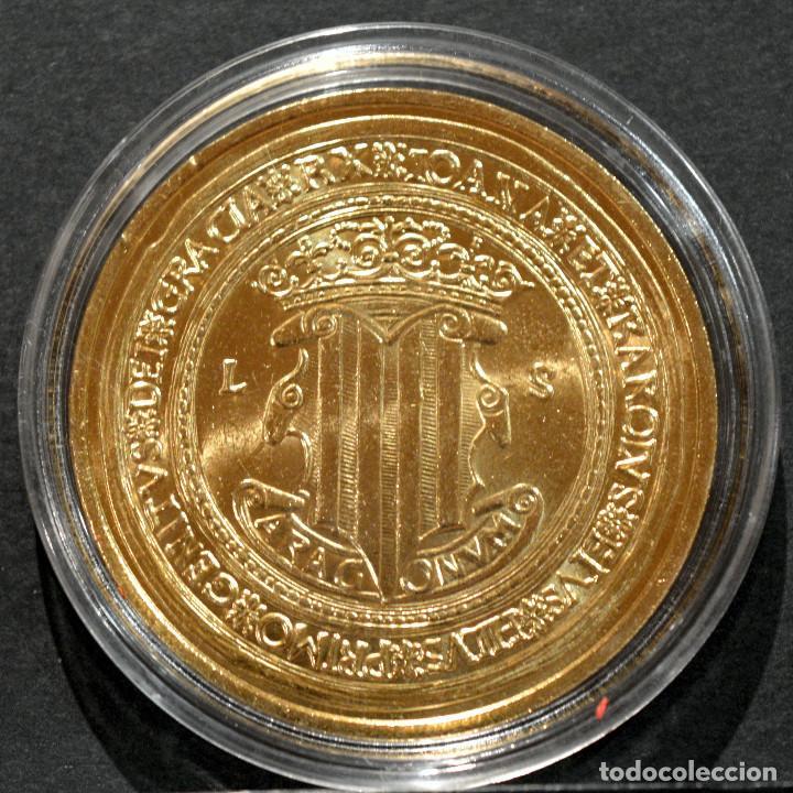 Reproducciones billetes y monedas: BONITA REPRODUCCIÓN MONEDA DE ORO 100 DUCADOS JUANA Y CARLOS ESPAÑA METAL BAÑO DE ORO PURO - Foto 3 - 220548025