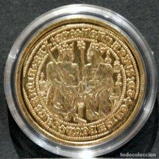 Reproducciones billetes y monedas: REPRODUCCIÓN MONEDA DE ORO DOBLE CASTELLANO REYES CATOLICOS ESPAÑA METAL CON BAÑO DE ORO PURO. Lote 220549918