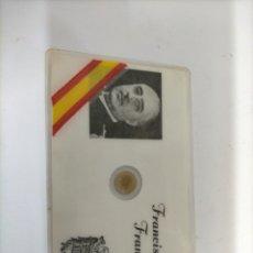 Reproducciones billetes y monedas: TARJETA - CARNET PLASTIFICADO CON MONEDA PEQUEÑA DE 100 PESETAS DE FRANCISCO FRANCO.. Lote 233701550
