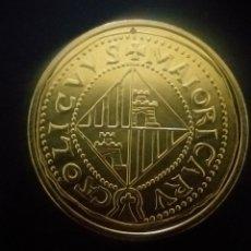 Reproducciones billetes y monedas: MONEDA CARLOS II : 8 ESCUDOS 1689 MALLORCA ( REPRODUCCIÓN FNMT BAÑADA EN ORO ). Lote 244615180