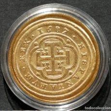 Reproducciones billetes y monedas: REPRODUCCIÓN MONEDA DE ORO 8 ESCUDOS 1687 SEGOVIA CARLOS II METAL CON BAÑO DE ORO PURO. Lote 244829135