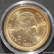 Reproducciones billetes y monedas: BONITA REPRODUCCIÓN MONEDA DE ORO 20 PESETAS 1892 ALFONSO XIII ESPAÑA METAL BAÑO DE ORO. Lote 244940565