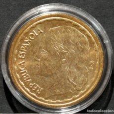 Reproducciones billetes y monedas: REPRODUCCIÓN MONEDA DE ORO 1 PESETA 1936 II REPÚBLICA ESPAÑA METAL CON BAÑO DE ORO PURO. Lote 244940935