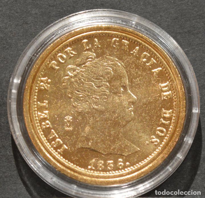 Reproducciones billetes y monedas: REPRODUCCIÓN MONEDA DE ORO ESPAÑA 80 REALES 1836 MADRID ISABEL II METAL CON BAÑO DE ORO PURO - Foto 2 - 244941410