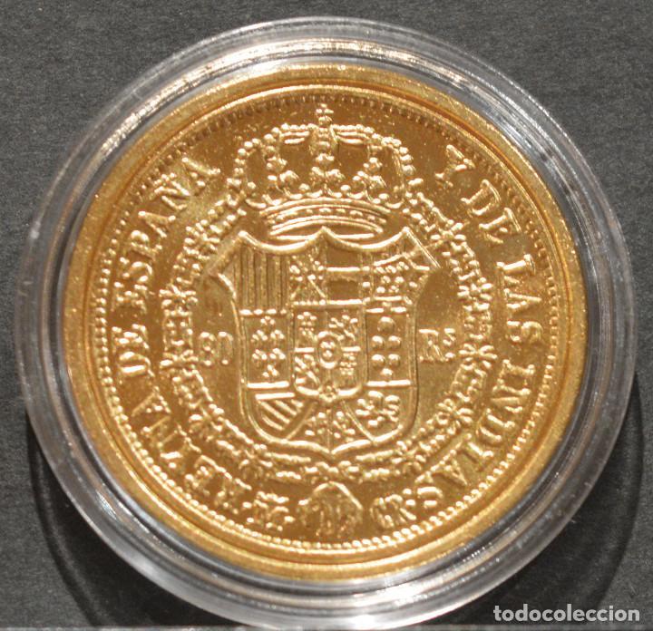 Reproducciones billetes y monedas: REPRODUCCIÓN MONEDA DE ORO ESPAÑA 80 REALES 1836 MADRID ISABEL II METAL CON BAÑO DE ORO PURO - Foto 3 - 244941410