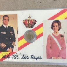 Reproducciones billetes y monedas: TARJETA CONMEMORATIVA REY Y REINA ESPAÑA CON REPRODUCCIÓN DE MONEDA. Lote 259895350