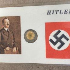 Reproducciones billetes y monedas: TARJETA CONMEMORATIVA ADOLF HITLER CON REPRODUCCIÓN DE MONEDA. Lote 259895780