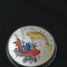 Reproducciones billetes y monedas: MONEDA ONZA DE LA SUERTE FU KOI CHINA. Lote 263703995