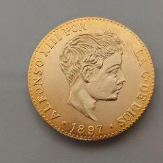 Reproducciones billetes y monedas: REPRODUCCIÓN MONEDA 100 PESETAS ORO 1897 ALFONSO XIII CÁPSULA. Lote 265327109