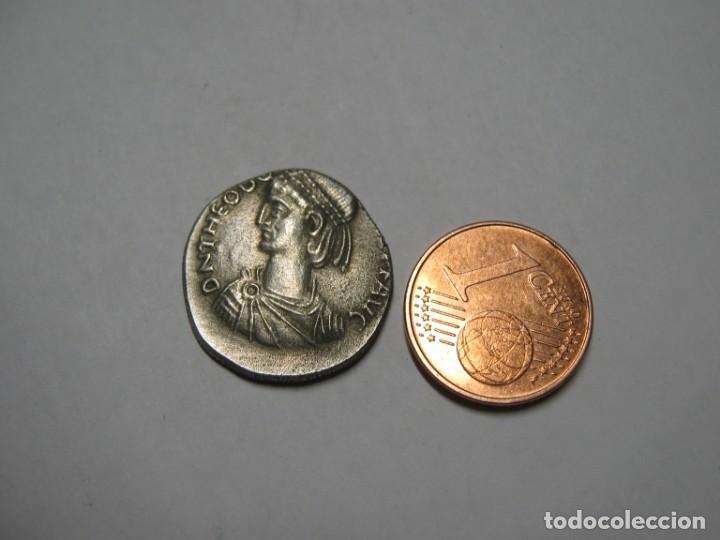 TEODOSIO II (402-450 D.C.). SILVER LIGHT MILIARENSE, CECA DE CONSTANTINOPLA, 408-420 D.C. 3,80 GR (Numismática - Reproducciones)