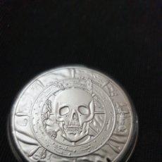 Reproducciones billetes y monedas: MONEDA ONZA CONMEMORATIVA BANDERA PIRATA. Lote 275616333