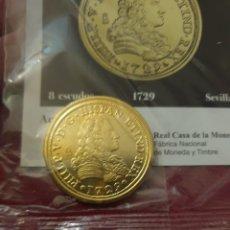 Reproducciones billetes y monedas: MONEDA 8 ESCUDOS 1729 SEVILLA ACUÑADA EN METAL CON BAÑO DE ORO PURO. Lote 282997148