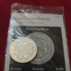 Reproducciones billetes y monedas: MONEDA 8 REALES REYES CATÓLICOS SIN FECHA SEVILLA ACUÑADA EN METAL CON BAÑO PLATA PURA. Lote 283117173
