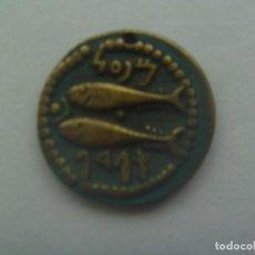 Reproducciones billetes y monedas: REPRODUCCION DE UNA MONEDA GRIEGA O FENICIA (?), USADA COMO COLGANTE. Lote 288302858