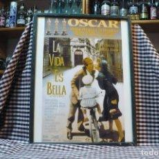 Coleccionismo de carteles: DE LA PELICULA, LA VIDA ES BELLA, CARTEL CON MARCO Y CRISTAL, 42 CM X 32 CM. Lote 182930333