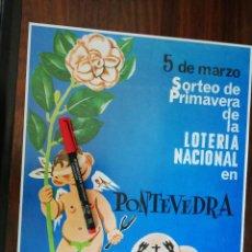 Coleccionismo de carteles: SORTEO DE PRIMAVERA DE LA LOTERÍA NACIONAL EN PONTEVEDRA. FIESTA DE LA CAMELIA. (28CM X 34,2CM). Lote 263711880