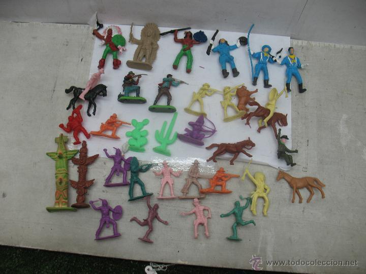 LOTE DE 26 FIGURAS DE PLÁSTICO INDIOS Y VAQUEROS (Juguetes - Reproducciones Figuras de Acción)