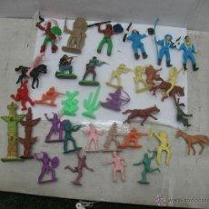 Reproducciones Figuras de Acción: LOTE DE 26 FIGURAS DE PLÁSTICO INDIOS Y VAQUEROS. Lote 53314645