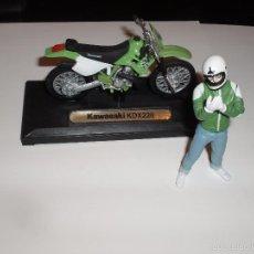 Reproductions Figurines d'Action: MOTO TRAIL ESCALA KAWASAKI KDX Y FIGURA PILOTO MOTORISTA DE JOE BAR. Lote 56249340
