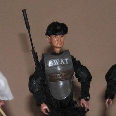 Reproducciones Figuras de Acción: MADELMAN MDE POLICÍA CON CHALECO TÁCTICO SWAT. Lote 88519788