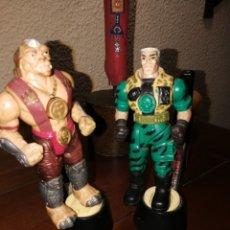 Reproducciones Figuras de Acción: ANTIGUOS PEQUEÑOS GUERREROS KARATE FIGHTERS CHIP HAZARD VS ARCHER BATTLING SMALL SOLDIERS 1998. Lote 176789662