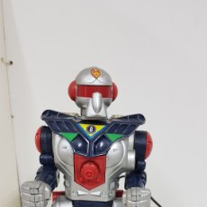 Reproducciones Figuras de Acción: ROBOT CABLE DIRIGIDO POR MANDO NO SE HA COMPROBADO SU FUNCIONAMIENTO MEDIDAS 26 X 11 CMS PLÁSTICO. Lote 178109729