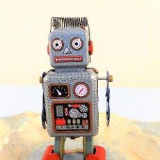 Juguetes antiguos de hojalata: MINI ROBOT A CUERDA. Lote 86095884
