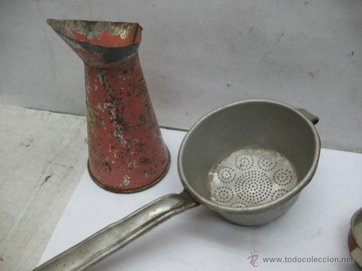 Reproducciones Muñecas Españolas: Lote de 6 artículos de cocina metálicos antiguos colador, molde... - Foto 2 - 75583310