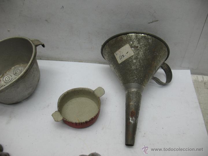 Reproducciones Muñecas Españolas: Lote de 6 artículos de cocina metálicos antiguos colador, molde... - Foto 3 - 75583310
