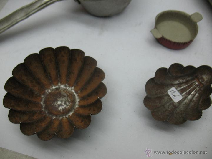 Reproducciones Muñecas Españolas: Lote de 6 artículos de cocina metálicos antiguos colador, molde... - Foto 6 - 75583310
