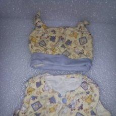 Reproducciones Muñecas Españolas: CONJUNTO 2 PIEZAS DE ROPA PARA MUÑECO TIPO BABY BORN O SIMILAR/GORRO+CAMISA-CHALECO. Lote 115982467