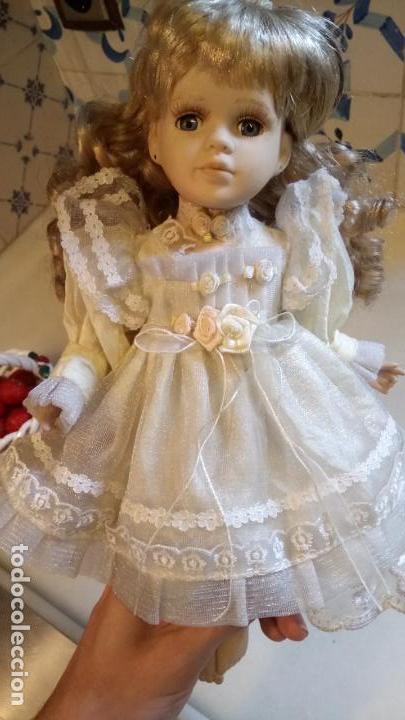 Reproducciones Muñecas Españolas: Antigua muñeca de porcelana con vestido blanco, lazo y flores - Foto 3 - 142527698