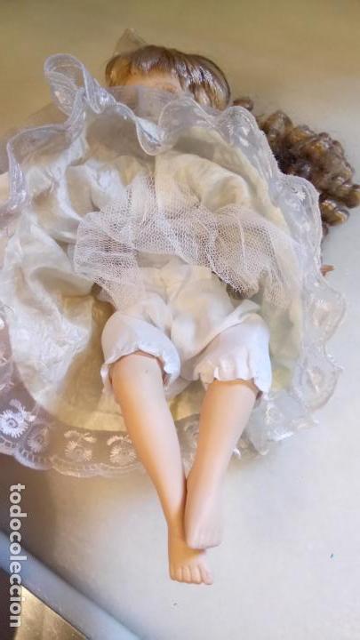 Reproducciones Muñecas Españolas: Antigua muñeca de porcelana con vestido blanco, lazo y flores - Foto 4 - 142527698
