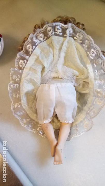 Reproducciones Muñecas Españolas: Antigua muñeca de porcelana con vestido blanco, lazo y flores - Foto 5 - 142527698
