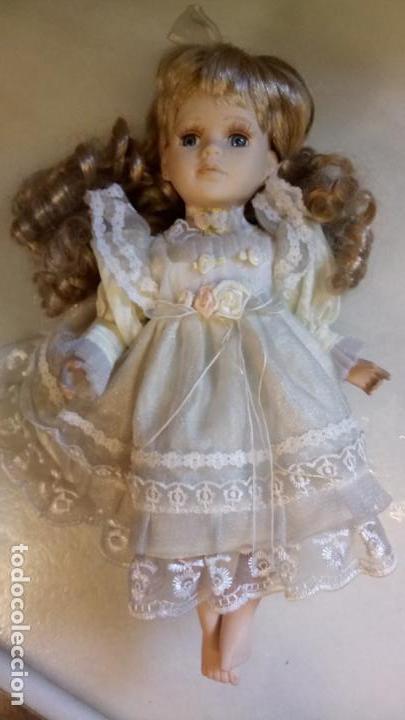 Reproducciones Muñecas Españolas: Antigua muñeca de porcelana con vestido blanco, lazo y flores - Foto 6 - 142527698